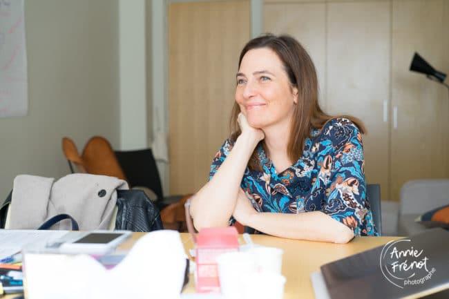 Delphine Weiss, songeuse devant la masse de travail à accomplir , lors d'un séminaire du bureau des Mampreneures